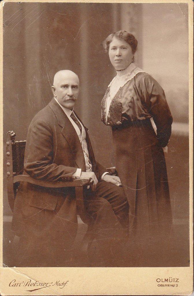 Moritz Aschkenes (22.3.1859 Velké Pavlovice - 4.11.1916 Olomouc) a Cecilie Aschkenes, roz. Hersch – (16.11.1866 Zábřeh – zahynula v KT Treblinka). Svatbu měli v Podivíně 4.6.1887
