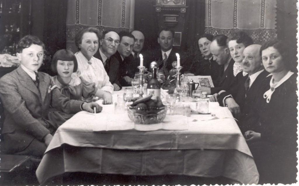 Seder u Brochů. Zprava druhý Hugo Groák, třetí Eliška Groáková