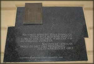 Pamětní deska na památku vypálené synagogy
