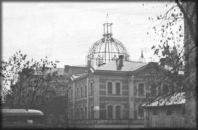 Pohled na zničenou kopuli synagogy